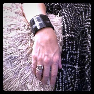Jewelry - Authentic horn cuff, polished black/white.